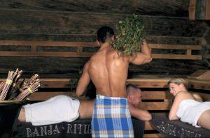 Rosyjska bania – mistrz ceremonii okłada gości brzozowymi witkami. Satama sauna & resort spa - wendisch rietz / niemcy.